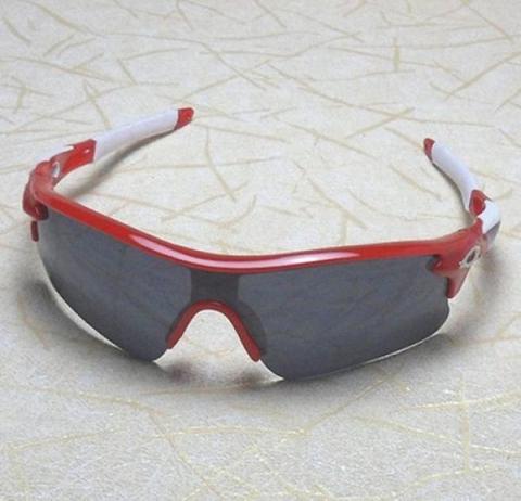 Predám slnečné okuliare so športovým dizajnom. Sklíčka okuliarov sú  potiahnuté reflexnou vrstvou filtrom UV 400 099daf07bfc